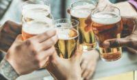 Equipes de alta performance costumam fofocar e sair para beber, mostra pesquisa