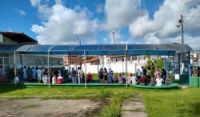 Idosos aglomeram para tomar vacina em porta de escola de Camaçari